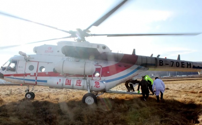 伤者被困车内昏迷 直升机火速救援