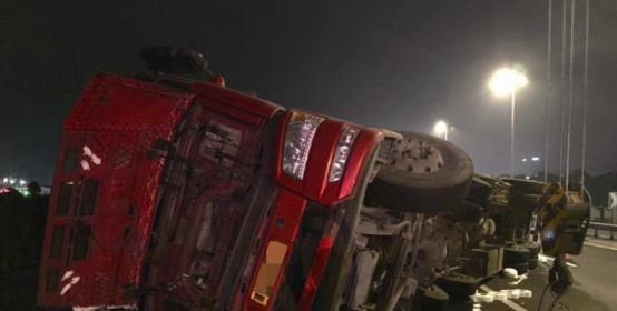惊险!半挂车撞上护栏侧翻 车头悬在温州大桥外