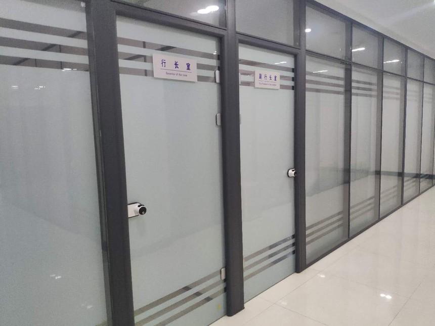 东营银行室内玻璃隔断墙.jpg