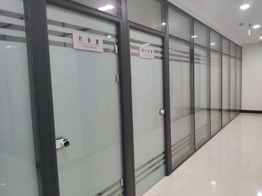 """山东聚美新型材料有限公司(15066695000)是""""聚美""""品牌的玻璃隔断墙系列产品生产商;公司主营:玻璃隔断,隔断墙,隔墙,办公室玻璃隔断,办公室玻璃隔断墙,高隔间,玻璃隔断墙,活动隔断,淋浴房,肯德基门,电动感应门,门禁门控系统及玻璃隔断铝合金型材、配件等系列产品;山东聚美玻璃隔断,隔断墙厂家."""