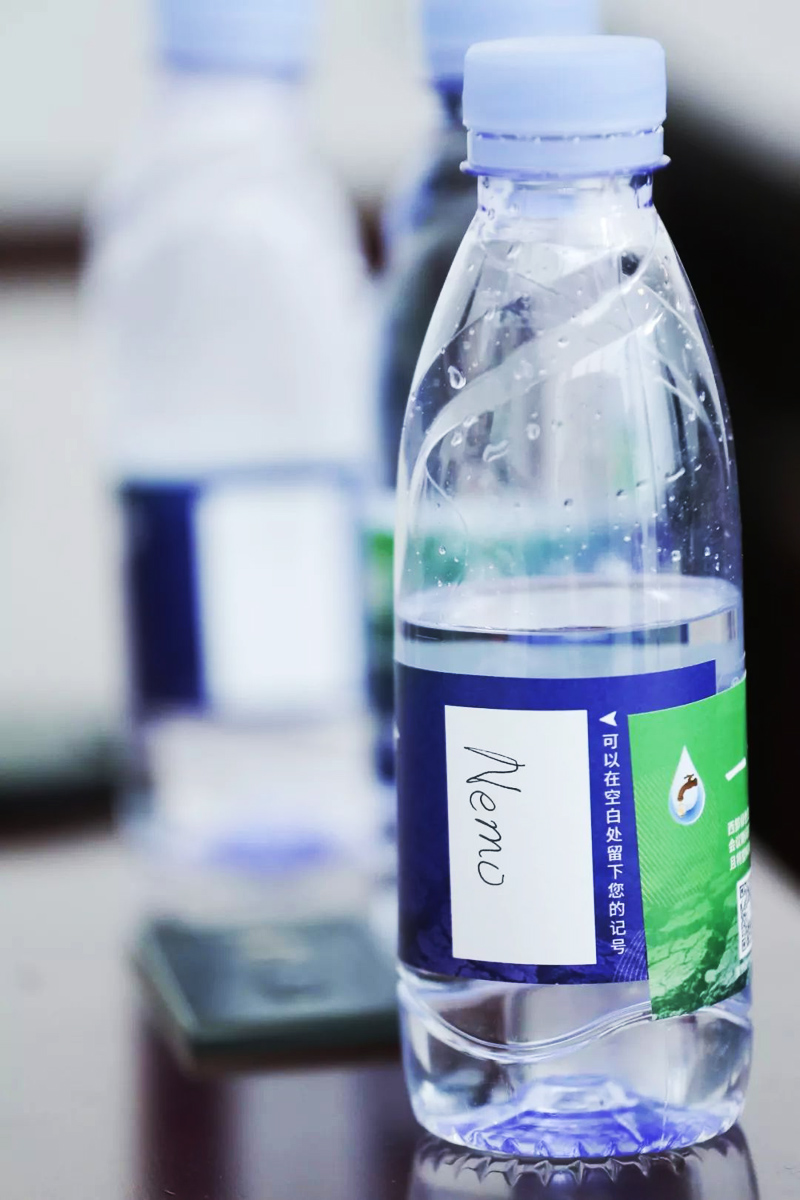 环境保护从一滴水开始!如果选择打开它就让它陪伴您左右直至饮用结束--签名制饮水瓶