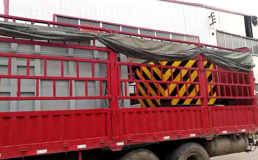 青海西宁垂直式垃圾压缩站客户收货现场