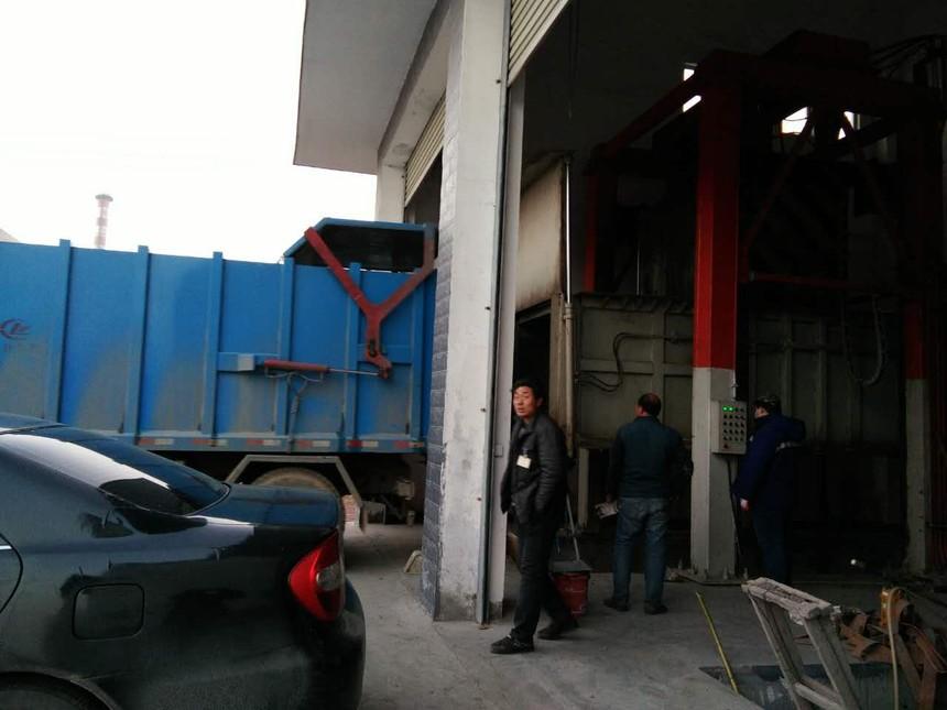 垂直式垃圾压缩机与垃圾车对接