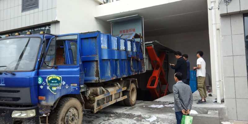 折叠式垃圾转运站与垃圾对接车对接