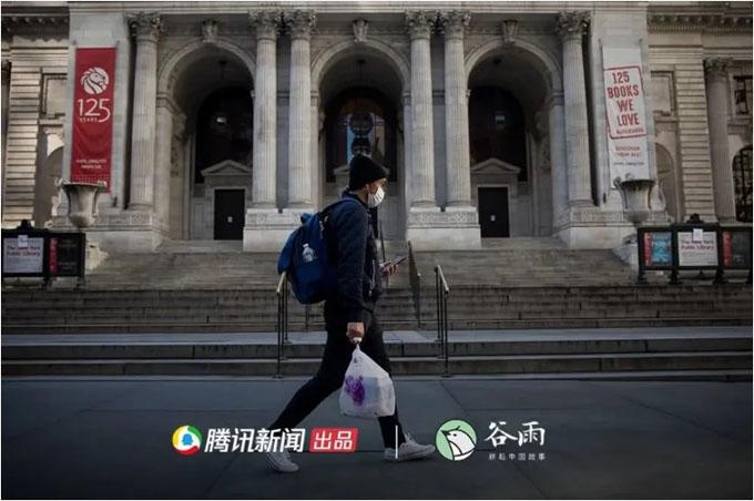美国纽约,行人从关闭的纽约公共图书馆前走过.jpg
