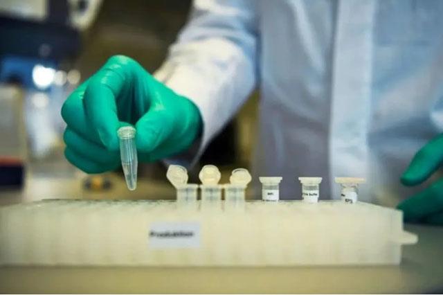 德国生物制药公司CureVac的员工Philipp Hoffmann在图宾根的一家实验室演示.jpg
