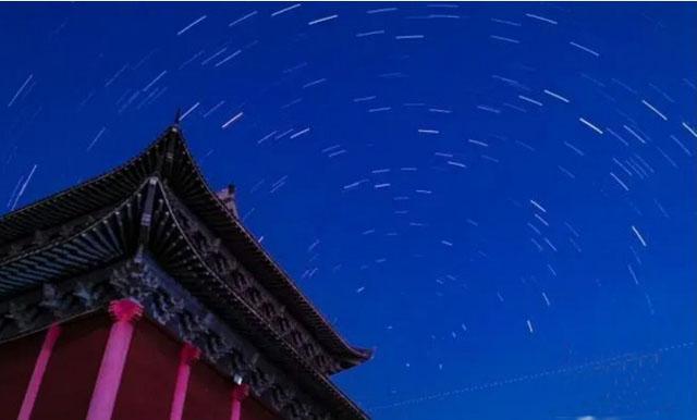 2019年8月14日凌晨,江西省新余市仰天岗国家森林公园内多重曝光下的星轨图和英仙座流星.jpg