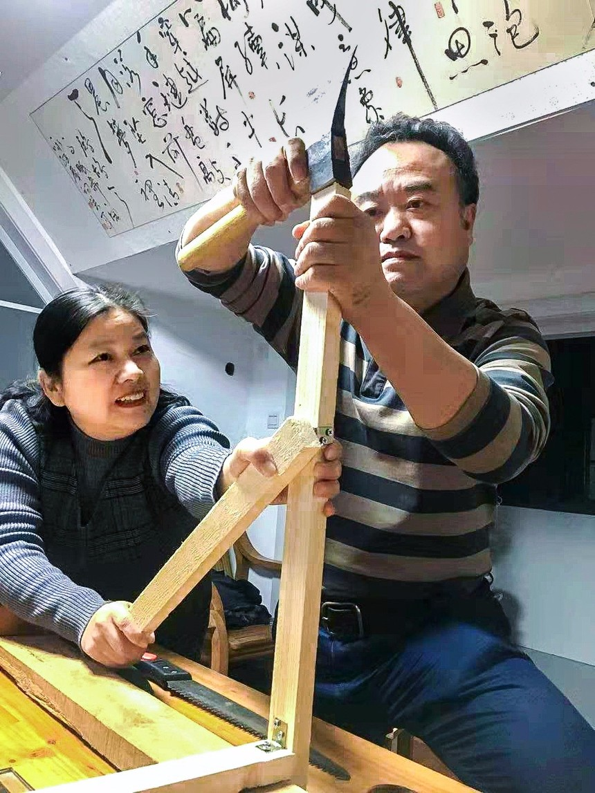 妻子协助一起制作纺车模型.jpg