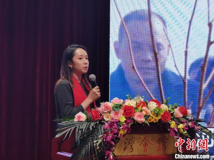 """11月7日,""""瞭望海峡70年——全国台联两岸媒体分享会""""在北京台湾会馆举行。图为今日头条两岸寻亲项目负责人、台湾青年周思妤分享两岸老兵寻亲的故事。刘大炜 摄"""