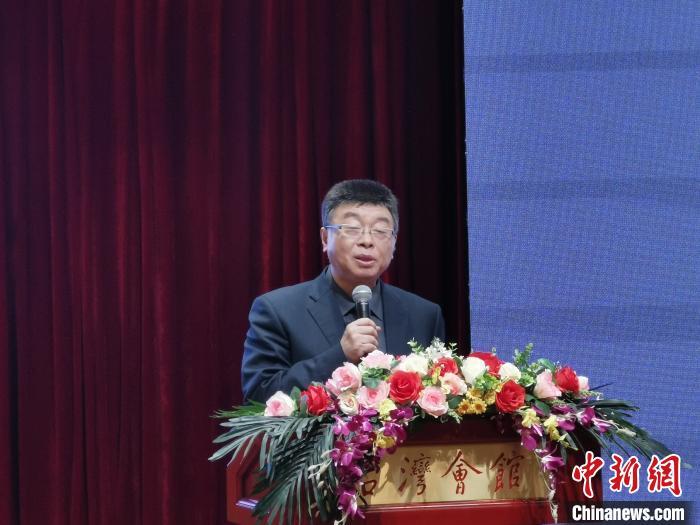 """11月7日,""""瞭望海峡70年——全国台联两岸媒体分享会""""在北京台湾会馆举行。图为来自台湾的中国文化大学教授邱毅分享对""""九二共识""""的看法。刘大炜 摄"""