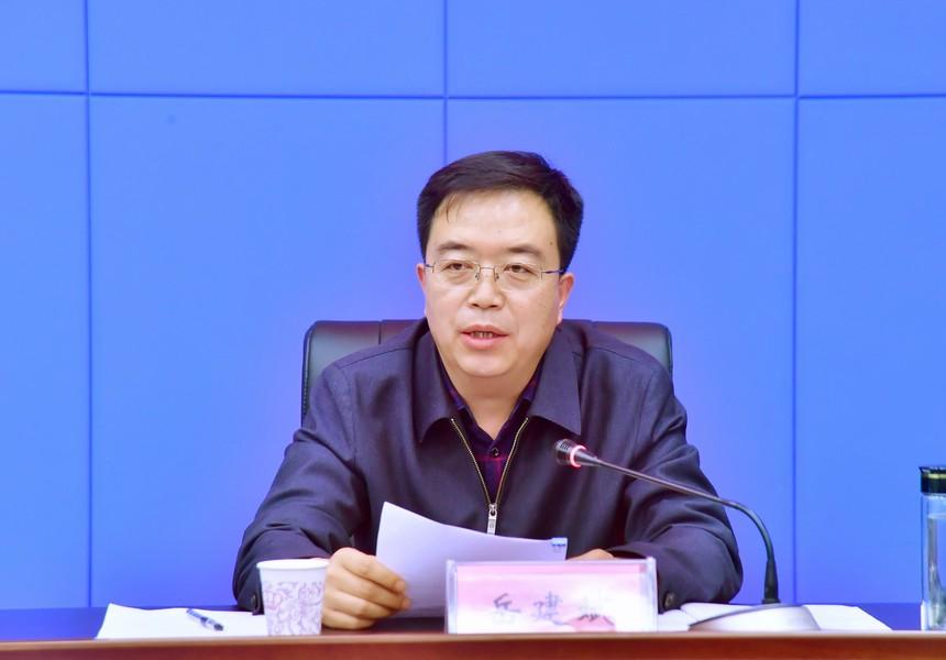 2市委统战部常务副部长岳建斌主持会议.jpg