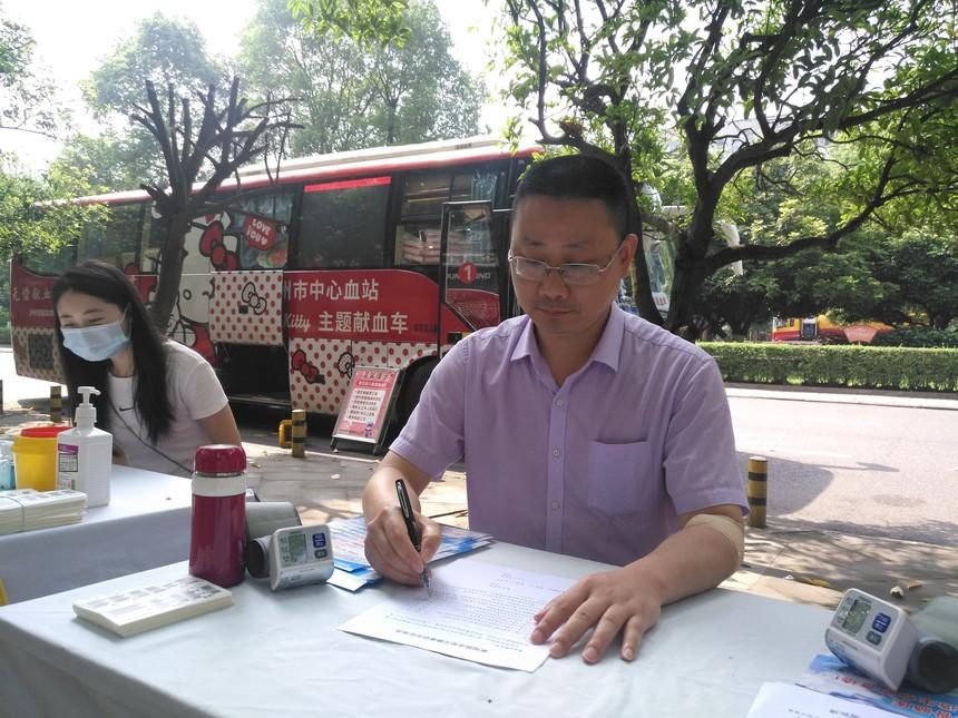 泸县民革组织党员开展无偿献血活动1.jpg