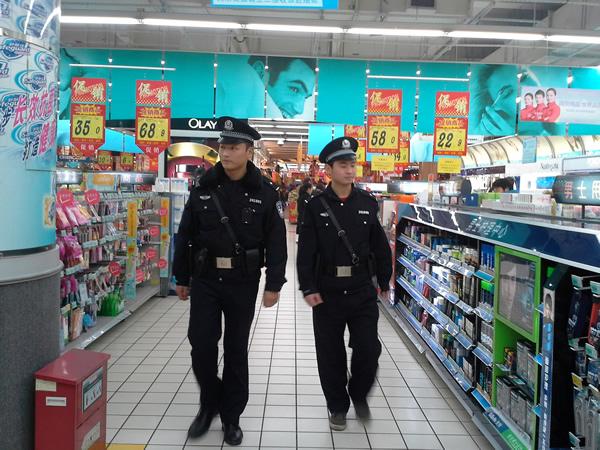 超市内部巡逻
