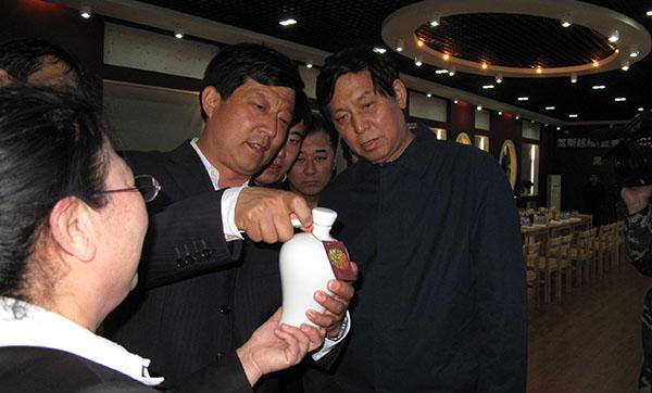 中央政治局常委栗战书时任黑龙江省省长时莅临越橘庄园生物科技有限公司