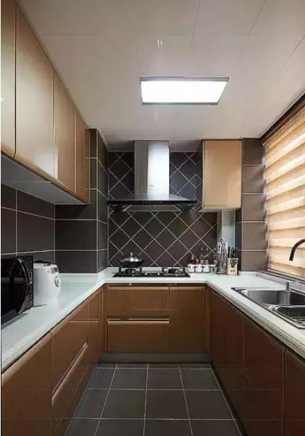 厨房瓷砖贴满墙