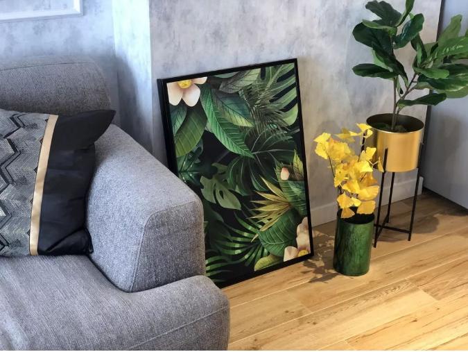 客厅小景,精致的盆栽与挂画相映成趣