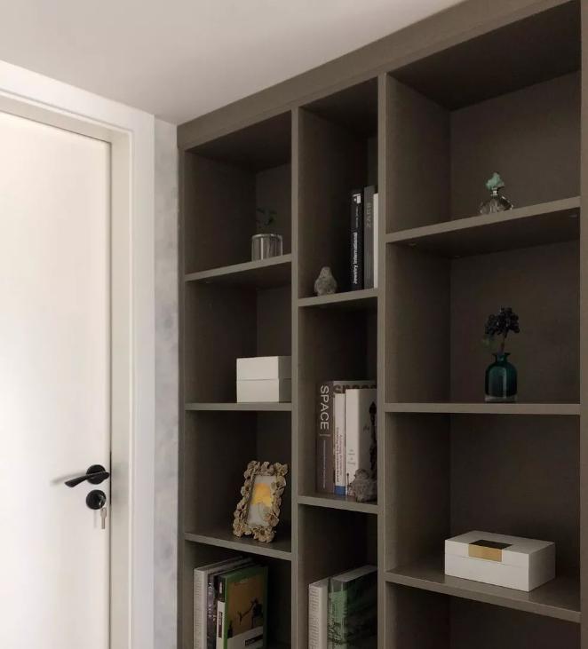 ▲ 卧室入口处的书架