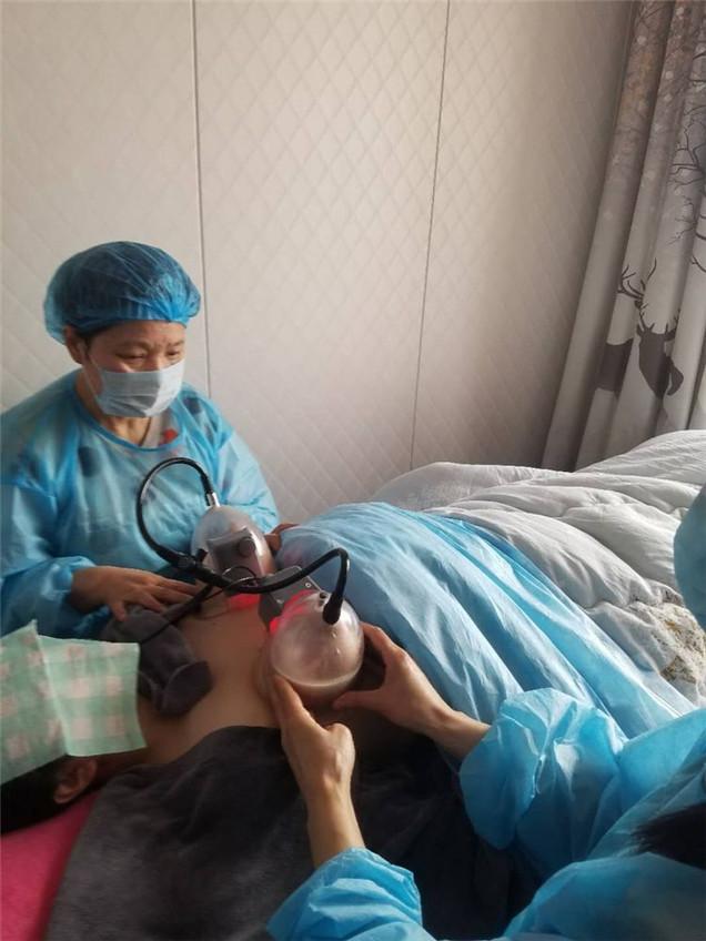 为客户做乳房护理.jpg