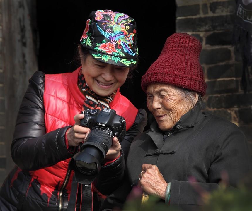 我为奶奶拍张照(杜亚利摄).JPG