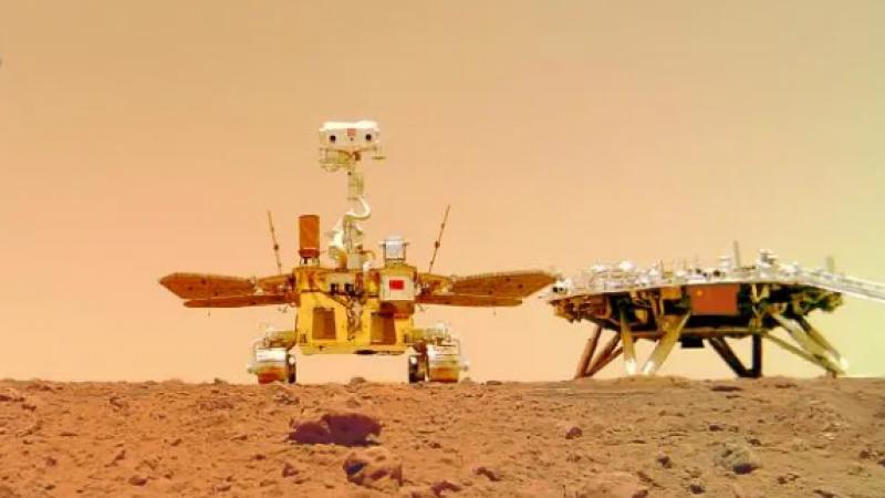 天问一号着陆火星首批科学影像图发布!五星红旗鲜红方正!