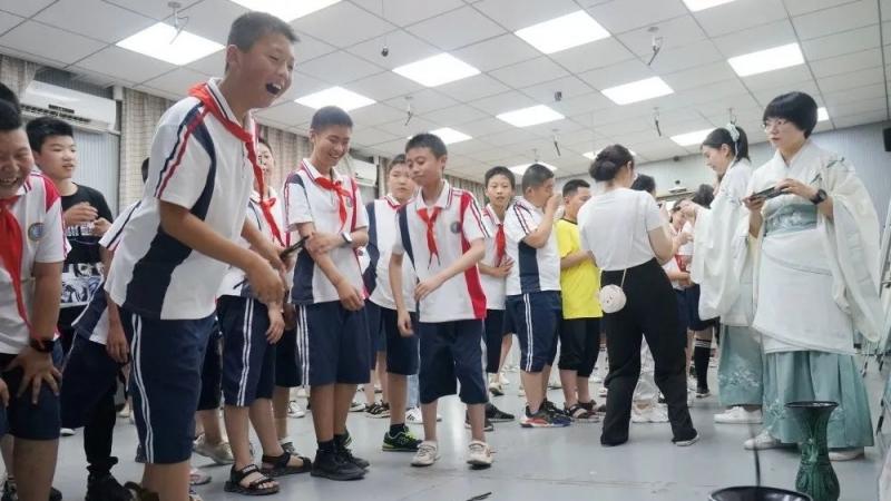 """城固县考院实验小学开展""""荷香端阳""""传统文化进校园活动"""