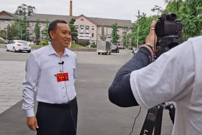 邓国军接受省级媒体采访.jpg