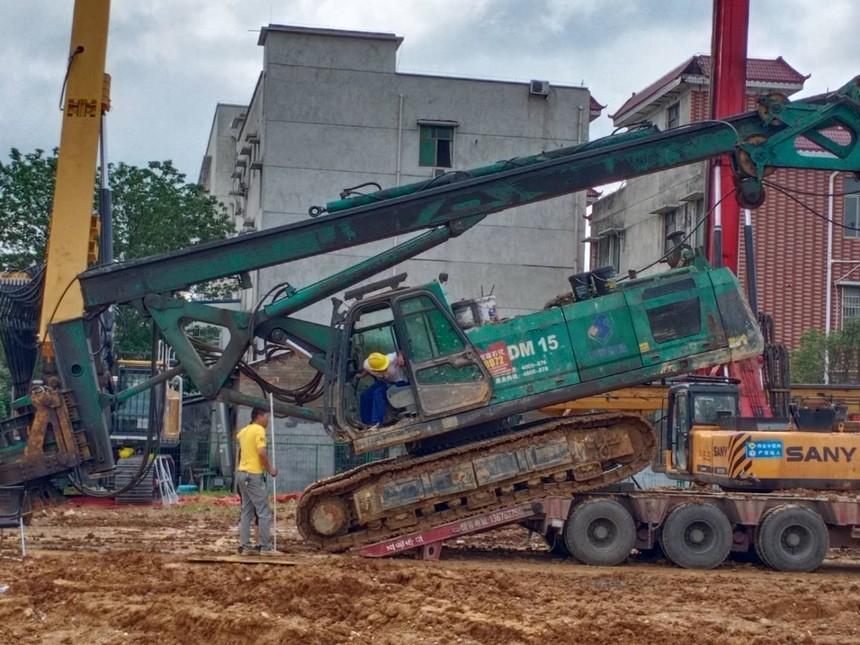 旋挖钻机学徒上下板车车时如何避免翻车呢