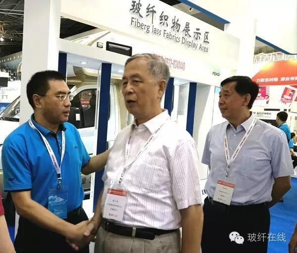 中国建筑材料联合会名誉会长张人为(中)与董事长、总经理刘钢亲切握手.jpg