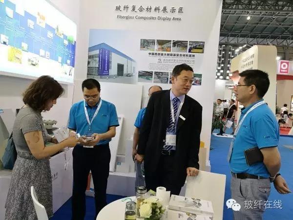 公司领导刘钢、刘术明与客户在威玻展位交流.jpg