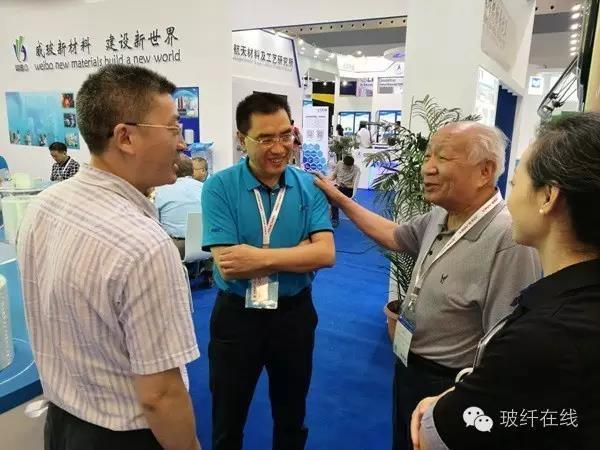 内江高新区纪工委书记王孔强(左一)在威玻展位参观.jpg