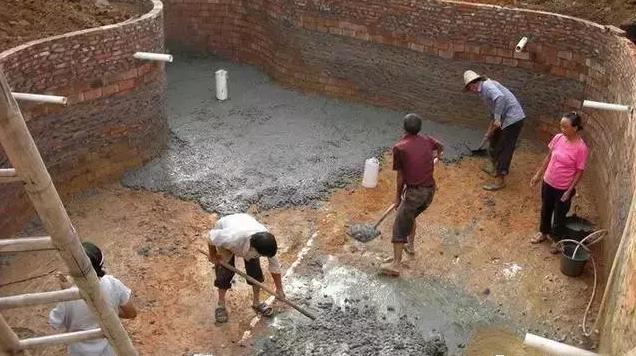 扎好鱼池的底部钢筋开始倒混凝土,中间一条φ90的管道是鱼池回水到过滤池的中水管