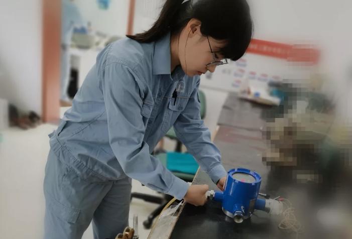 有计量检定资质的专业人员对这台仪表进行异丁烷重复测试