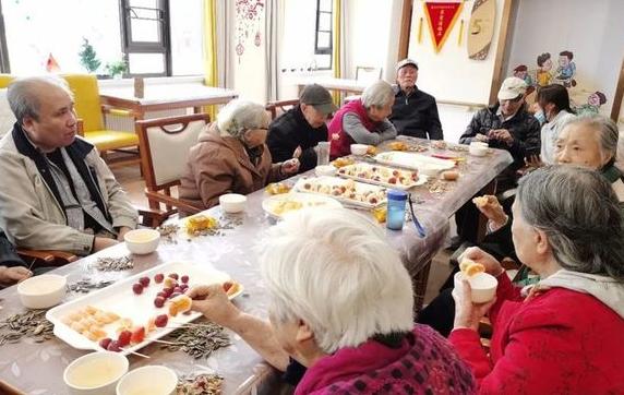老人们吃糖葫芦