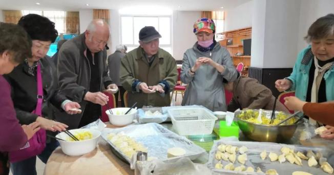 老人们包饺子