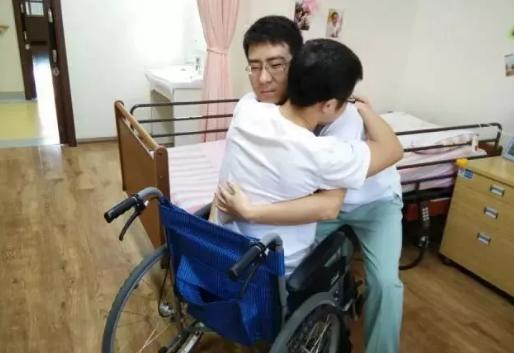 老人的身后握住老人的胳膊演示