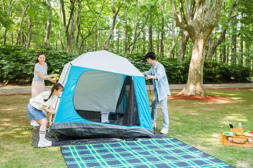 摄图网_500933912_一家人搭帐篷(非企业商用).jpg