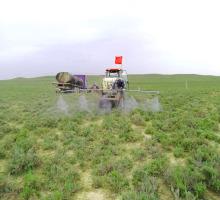 人工拖拉机防治草原有害生物