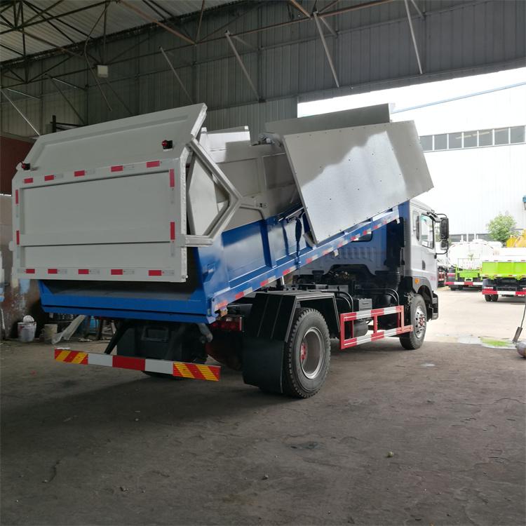 含水污泥的新型车辆它是在垃圾车的基础上加强钢板厚度-全密封焊接,在卸料口关闭时增加全密封装置,使其在运输过程中不漏水——避免二次污染环境的专用车辆;