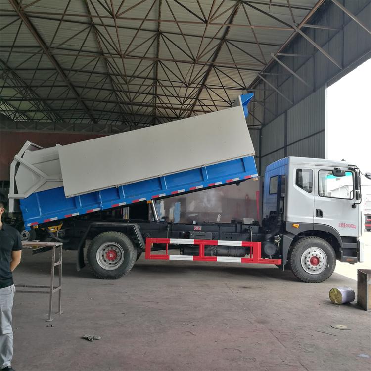 泥浆运输车在自卸车的基础上,增加了后厢门打开、后厢门锁密封、电液控制系统改造