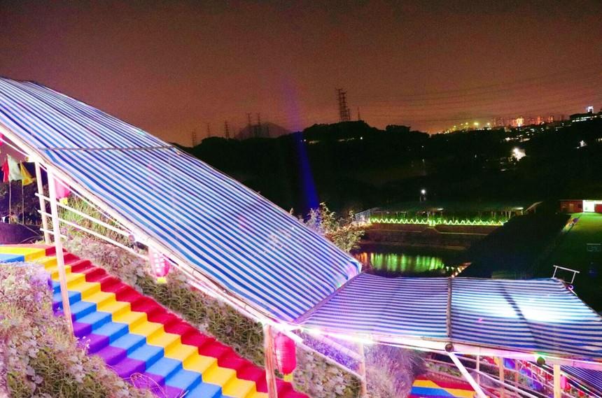 夜景彩虹阶梯.jpg