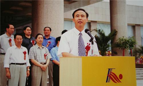 1999年8月,河南省人民政府副省长贾连朝在酒店开业典礼上致辞。