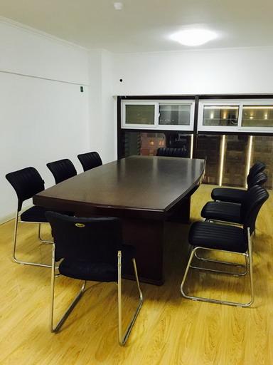苏韵律所会议室
