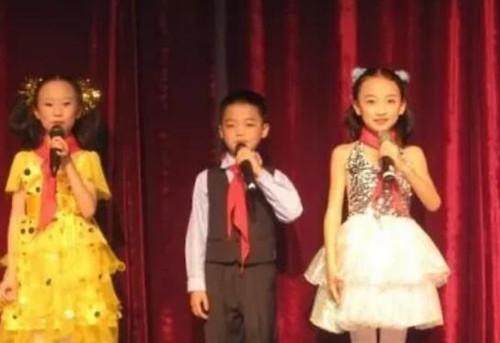 少儿上台表演怎么调动观众的积极性