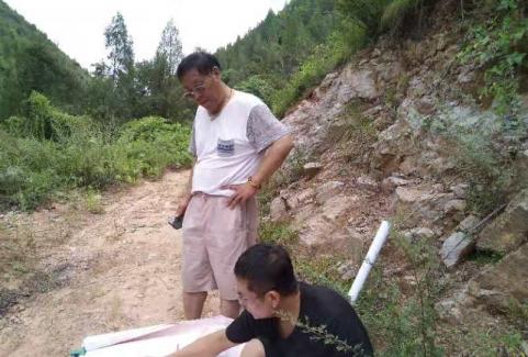 永济市旅游局赵岩副局长在弘农源景区药王谷绘制蓝图