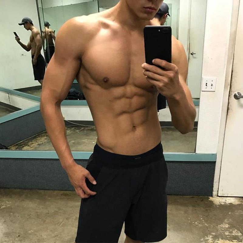 身材健美的年轻帅哥