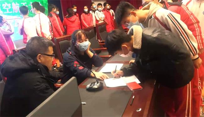 学生在发放表格上签字.jpg