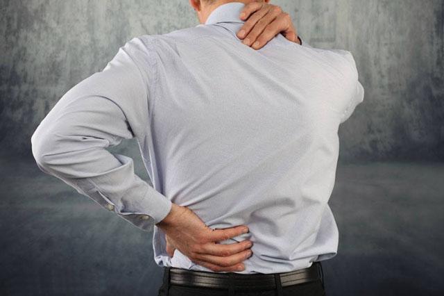 后背疼痛的男人0.jpg