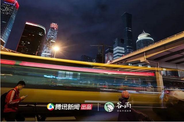 北京国贸,不少在河北买房的人下班从这里返家.jpg