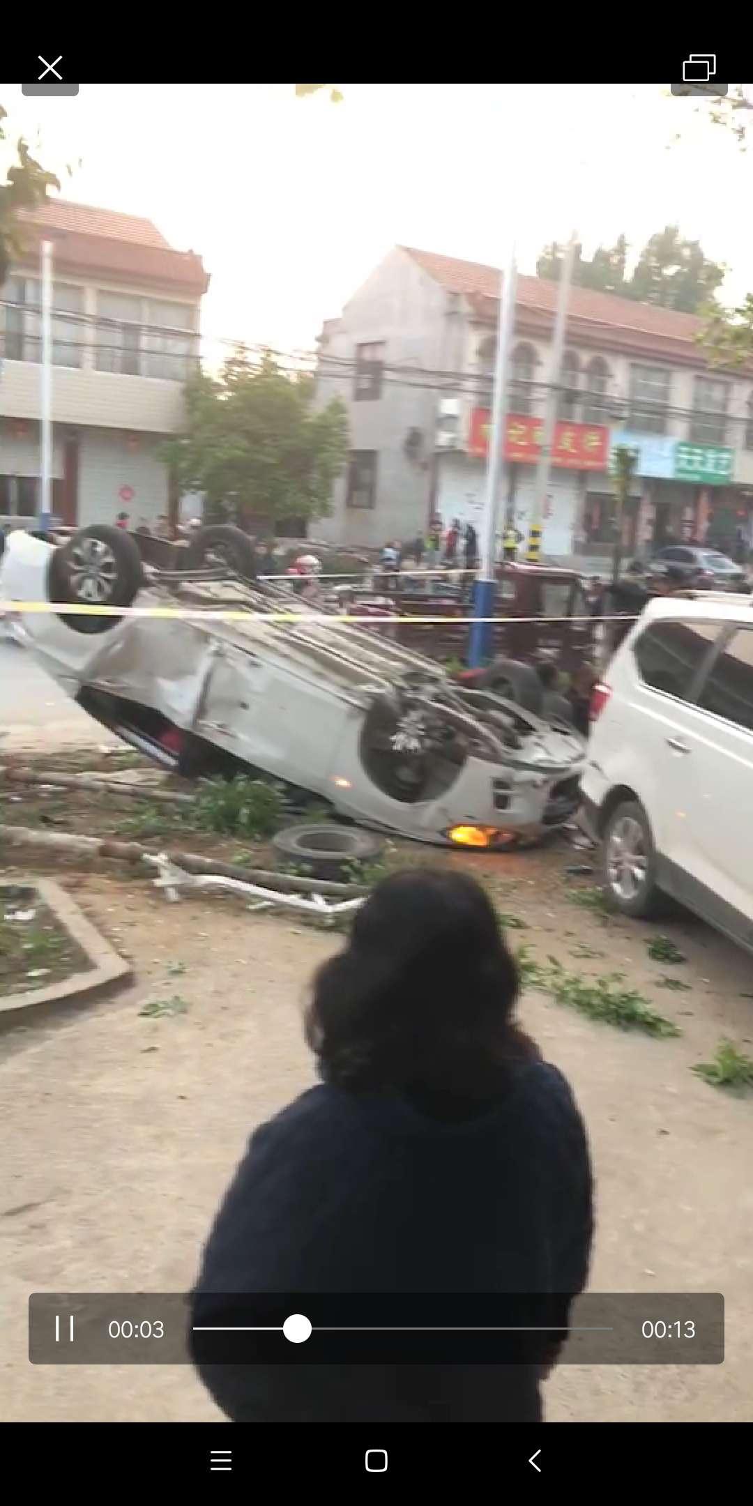 泰安山口轿车爆胎冲向路边,三死一伤,警方正在处理中