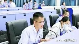 张维星(左一)正在岗位调度指挥 张维星 山西河曲人,1990年1月出